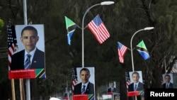 Sebuah jalan di ibukota Tanzania, Dar es Salaam, nampak dihiasi dengan foto Presiden Obama dan bendera AS dan Tanzania menjelang kedatangan Presiden Obama ke negara tersebut (30/6).