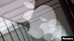 资料照:中国上海一家苹果专卖店苹果公司的标识在玻璃上的倒影。