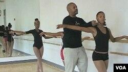Fabian Barnes, ex bailarín del Teatro Danza de Harlem, ofrece su experiencia a niños en Washington.
