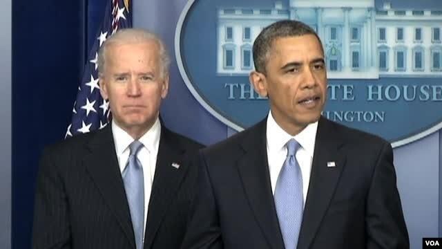 """Predsednik Barak Obama daje izjavu povodom usvajanja plana za izbegavanje """"fiskalne provalije"""". Uz njega je potpredsednik Džo Bajden."""