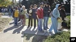 北卡罗来纳州选民进行投票
