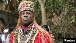 Un prêtre vaudou participe au festival vaudou annuel à Ouidah au Bénin, le 10 janvier 2016.