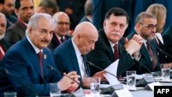 29 Mayıs 2018, Paris, Fransa - Soldan sağa, Mareşal Halife Haftar, Meclis Başkanı Salih İsa, Başbakan Fayez El- Sarraj, Libya Yüksek Devlet Konseyi Başkanı Halid el-Meşri