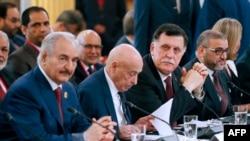 De gauche à droite, le maréchal de l'armée nationale libyenne Khalifa Haftar, président du Parlement libyen basé à Tobruk, dans l'est du pays, Aguila Saleh Issa, président du conseil de gouvernement libyen Fayez al-Sarraj et président du Conseil supérieur