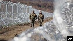 Des soldats macédoniens patrouillent à côté de la barrière de protection située le long de la frontière entre la Macédoine et la Grèce, près de la ville de Gevgelija, le vendredi 4 mars 2016.(AP Photo/Visar Kryeziu)