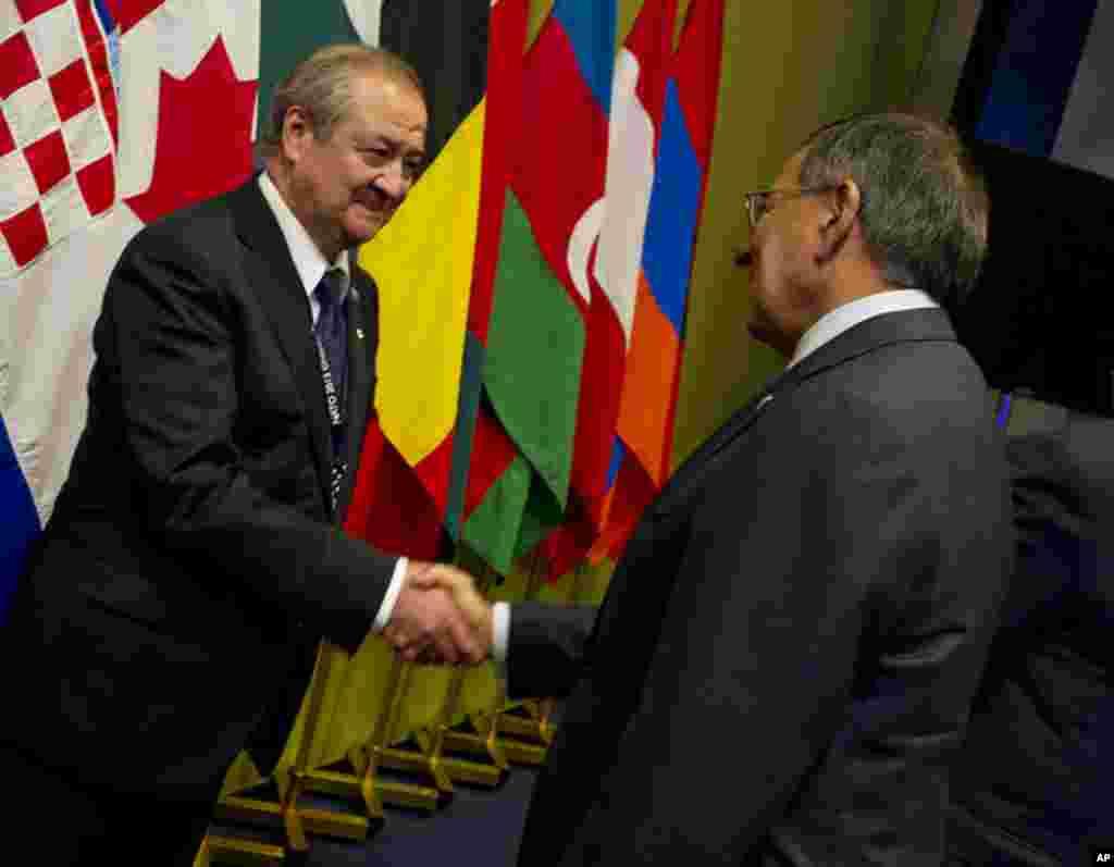 AQSh Mudofaa vaziri Leon Panetta O'zbekiston Tashqi ishlar vaziri Abdulaziz Komilov bilan