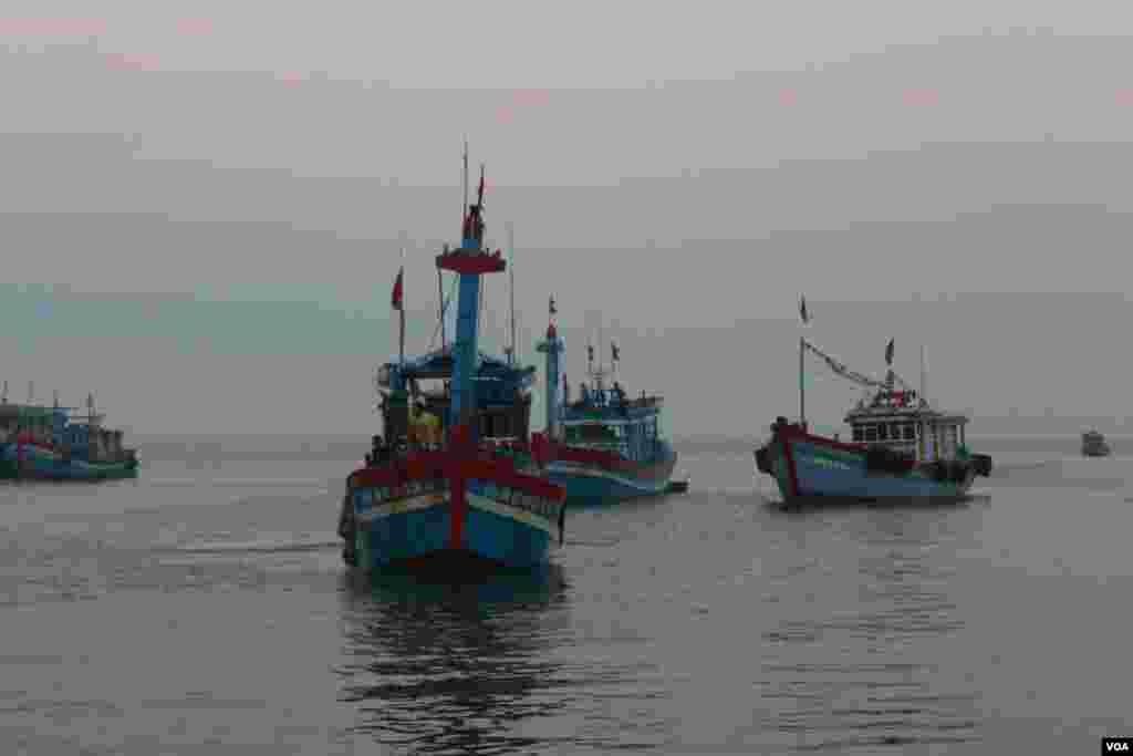 Tàu về cảng