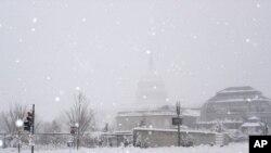 واشنگٹن ڈی سی میں چھ فروری کو گرنے والی برف میں کیپیٹل کی عمارت ڈھکی ہوئی ہے