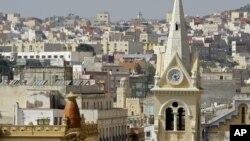 Une église de la ville enclave de Melilla, avec vue sur le Maroc dans le fond, le 2 octobre 2005.