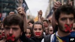 2일 스페인 바르셀로나에서 카탈루냐의 분리독립을 요구하는 시위대가 행진하고 있다.