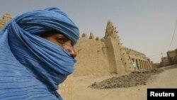 Một phần tử ly khai Tuareg phía trước đền thờ Hồi giáo cổ xưa tại thành phố Timbuktu ở miền bắc Mali