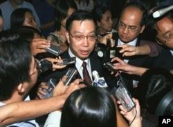 """中国卫生部副部长黄洁夫在""""东盟加三""""卫生部长会议后接受记者采访(2003年4月26日)"""