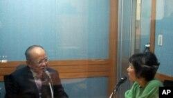 미국의 소리 방송 기자와 인터뷰 중인 김덕홍 씨(왼쪽)