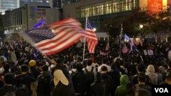 數以萬計香港人參與11/28感恩節集會,很多集會人士揮舞美國國旗。(攝影: 美國之音湯惠芸)