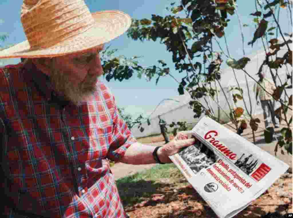 Fidel Castro apareció en unas fotos y desmintió los rumores sobre su mal estado de salud.