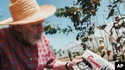 En esta foto revelada en la página web de Cubadebate se muestra a Fidel Castro con una copia en la mano del periódico Granma, con fecha del viernes 19 de octubre.