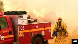 Petugas pemadam kebakaran Los Angeles County di tengah kebakaran hutan di Santa Clarita, California (24/7). (AP/Matt Hartman)