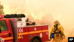Bombeiros tentam combater incêndios na Califórnia. Outubro 2017