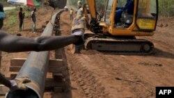Les voleurs de pétrole prélèvent leur butin directement sur les oléoducs au Nigéria