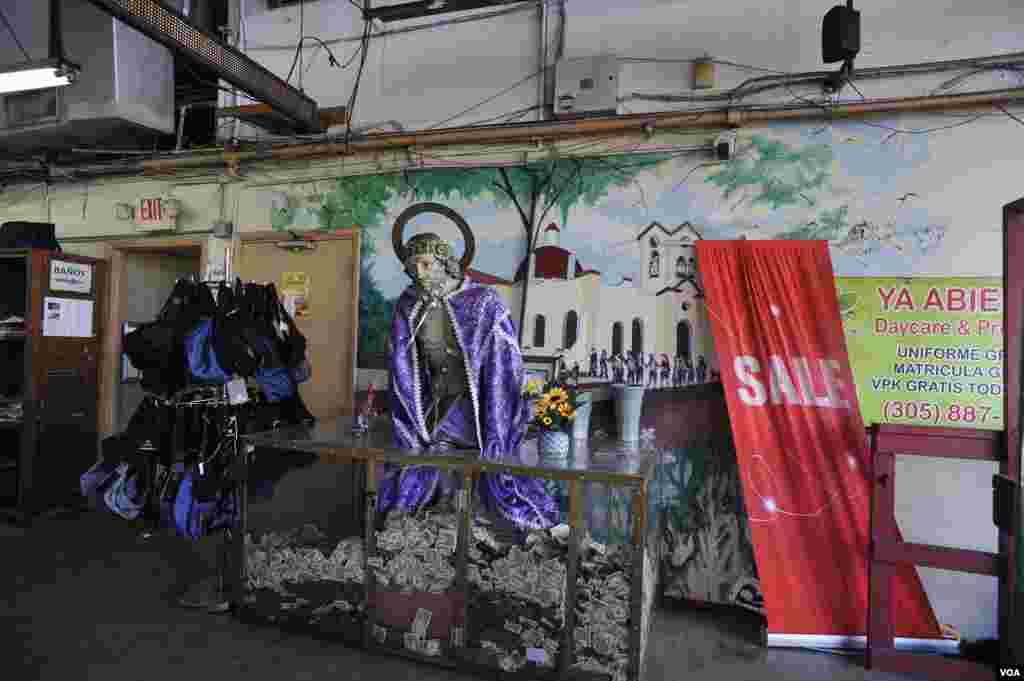Una enorme imagen de San Lázaro, el segundo santo más popular en Cuba después de la Virgen de la Caridad, recibe a los clientes de este negocio en Hialeah, Miami.