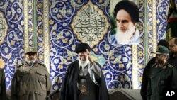 Lãnh đạo tối cao của Iran, ông Ayatollah Ali Khamenei, phát biểu với các thành viên lực lượng bán quân sự Basij tại nhà thờ Hồi giáo Khomeini ở Tehran, Iran.