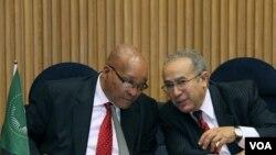Ketua Komite Uni Afrika untuk Libya, Jacob Zuma (kiri) dan pejabat Uni Afrika Ramtane Lamamra belum bersedia mengakui NTC sebagai pemerintah sah di Libya.