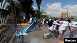 La marche des médecins kényans, dispersée à coups de gaz lacrymogènes