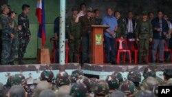 Президент Филиппин Родриго Дутерте приветствует филиппинских военных по случаю освобождения города Марави от боевиков «Исламского государства». Марави, Филиппины. 17 октября 2017 г.