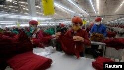 công nhân làm việc tại một nhà máy dệt may ở Hải Dương, 28/12/2016