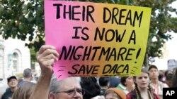 民众在旧金山的一栋联邦政府大楼前抗议川普总统撤销了允许童年时期来到美国的近80万年轻无证移民可以留美工作学习而不必担心被驱逐的行政令。