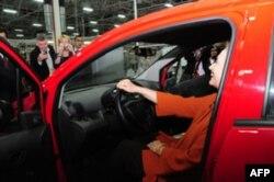 """Klinton xonim O'zbekistonda ishlab chiqarilgan """"Chevrolet Spark"""" avtomolini sinab ko'rmoqda"""