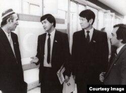 Samandar Qo'qonov, o'ngdan ikkinchi, 1990-yillar boshida o'zi qatori deputatlar davrasida
