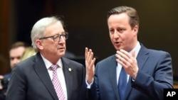 El primer ministro británico, David Cameron (derecha) se reunió con el presidente de la Comisión Europea, Jean-Claude Juncker en una cumbre de la UE en Bruselas, el jueves, 18 de febrero de 2016.