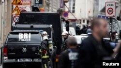 La police française, les forces de police spéciales (BRI) et les pompiers sécurisent une rue de Paris, le 12 juin 2018 (REUTERS/Benoit Tessier).