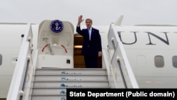U.S. Secretary of State John Kerry waves goodbye as he board his aircraft on Oct. 6, 2015, in Santiago, Chile, after attending the Our Ocean conference in Valparaiso, Chile, and before flying the Port-au-Prince, Haiti.