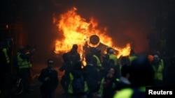 روز شنبه معترضان خشمگین خسارت هایی به شهر پاریس وارد کردند.