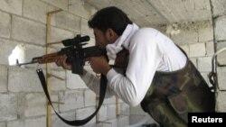 ທະຫານຈາກກອງທັບປົດປ່ອຍຊີເຣຍ ກໍາລັງຕັ້ງທ່າຈອບຍິງຝ່າຍສັດຕູ ຢູ່ເມືອງ Aleppo ໃນວັນທີ 29 ກໍລະກົດ, 2012.
