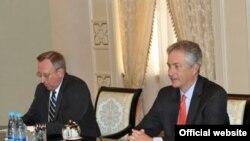 AQSh davlat kotibi o'rinbosari Uilyam Berns (chapda) va elchi Jorj Krol prezident Karimov huzurida, Toshkent, 12-iyun, 2012-yil, UzA surati.