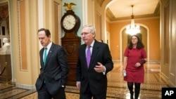 Pemimpin Mayoritas Senat Mitch McConnell (tengah) berjalan bersama Senator Pat Toomey (kiri), keduanya dari Partai Republik, di Gedung Kongres, Washington, DC. (Foto: Dok)