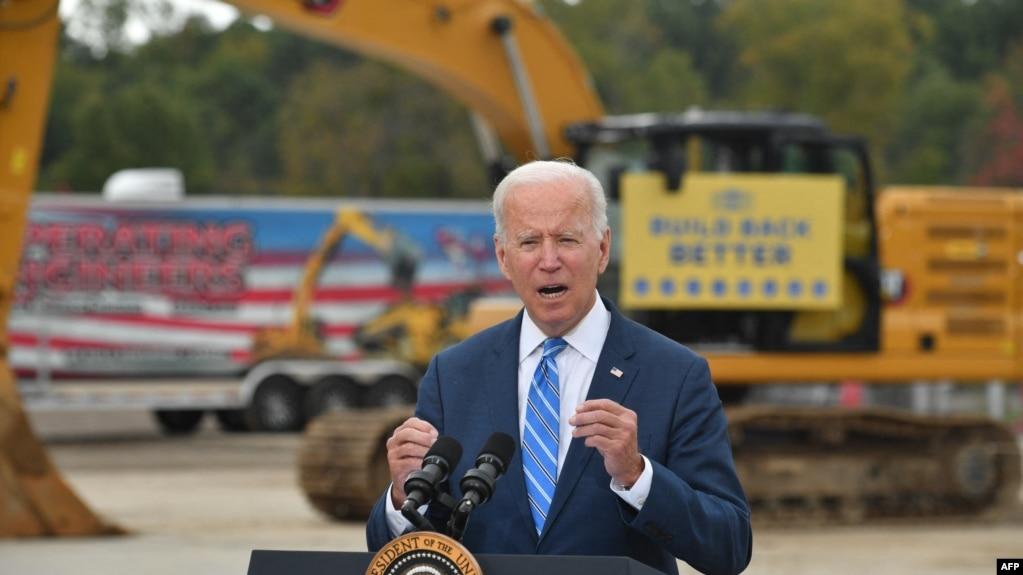 Президент Джо Байден выступает с речью в учебно-тренировочном профсоюзном центре в Хауэлле, штат Мичиган