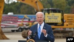 美国总统拜登在密歇根州豪厄尔谈基础设施方案和他的社会开支法案。(2021年10月5日)