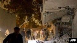 Báo chí được đưa đến quan sát căn nhà người con trai út của ông Gadhafi và chứng kiến thiệt hại rất nặng, 30/4/2011