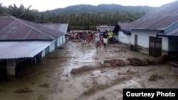 Warga memeriksa kondisi rumah-rumah yang terendam lumpur pasca Banjir Bandang di desa Bangga, Kabupaten Sigi, Sulawesi Tengah. (29/4). (Foto: BPBD Kabupaten Sigi)