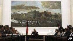 卡尔扎伊总统会晤枪击事件受害者家属