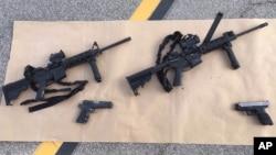 Berbagai senjata yang digunakan oleh suami-istri pelaku penembakan massal di San Bernardino, California (foto: dok). Enrique Marquez - pria yang membeli senjata - didakwa bersekongkol untuk memberikan dukungan materiil kepada teroris.