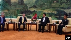 Le secrétaire américain à la Défense, Jim Mattis, deuxième à partir de la gauche, s'entretient avec le président chinois Xi Jinping lors de leur rencontre au Grand Palais du Peuple à Beijing, 27 juin 2018.