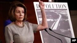 Pemimpin Minoritas di DPR AS, Nancy Pelosi berbicara dalam konferensi pers di Gedung Capitol, Kamis (8/2).
