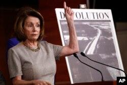 ທ່ານນາງ ແນນຊີ ໂປໂລຊີ (Nancy Pelosi) ຜູ້ນຳສຽງສ່ວນນ້ອຍ ໃນສະພາຕ່ຳ ສັງກັດພັກເດໂມແຄຣັດ ຈາກລັດຄາລີຟໍເນຍ ກ່າວຕໍ່ສື່ ໃນກອງປະຊຸມຖະແຫຼງຂ່າວ ກ່ຽວກັບໂຄງລ່າງພື້ນຖານ, 8 ກຸມພາ 2018 ທີ່ລັດຖະສະພາ ວໍຊີງຕັນ.