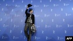 Một nghệ sĩ trong trang phục giống như cố danh hài Charles Chaplin đứng để các nhiếp ảnh viên chụp ảnh tại liên hoan điện ảnh Berlin