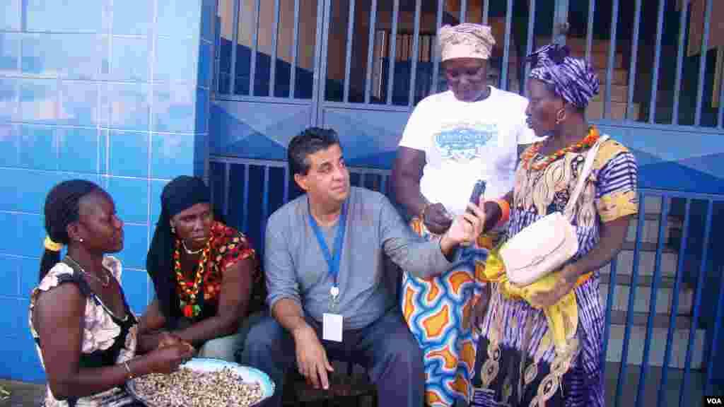 No mercado de Bandim as senhoras respondem às questões do enviado especial, Álvaro Andrade a Bissau, por ocasião das Eleições Gerais de 13 de Abril de 2014